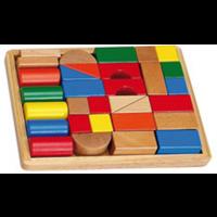 Bloques de madera de colores y formas en caja