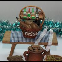 Mesa  con cesta de navidad 15x15cm